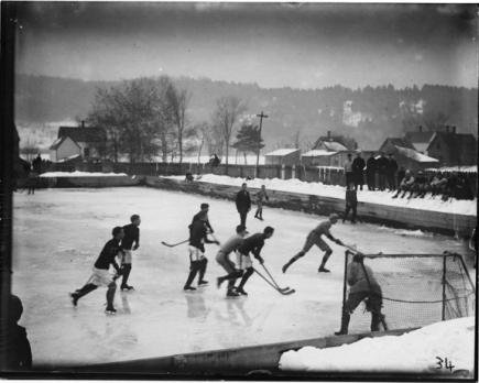 Dartmouth, 1906: Le but de hockey avant l'adaptation que l'on connait aujourd'hui: la barre horizontale était derrière les poteaux. (photo: Dartmouth.edu)
