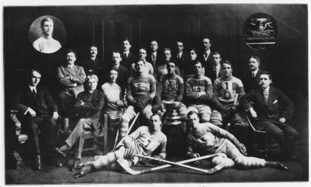 Québec, fin mars 1912. L'unique photo de l'équipe gagnante avec la Coupe Stanley. Je suis toujours à la recherche d'un exemplaire de meilleur qualité.
