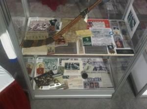 Mon présentoir, agrémenté de quelques objets provenant du Temple de la renommée du hockey, comme le bâton de Percy Lesueur.