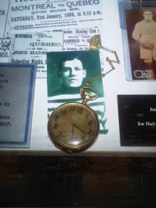 Une montre de poche remise à Joe Hall lors de son passage à Québec