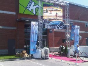 """entrée de l'exposition """"Hockey-Cité"""" à l'espace K. Suivez le tapids rouge..."""