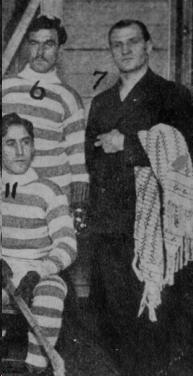 Billy Armstrong en décembre 1904 en compagnie des joueurs Eddie Hogan (6) et Jimmy Gillespie (11).