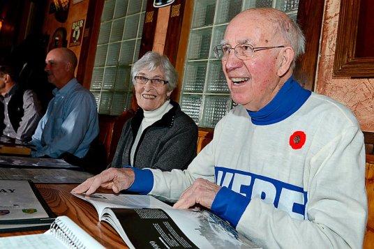 «C'est un bien beau livre et je suis heureux que quelqu'un ait pensé raconter l'histoire des Bulldogs. Ça a commencé l'an passé avec le 100e anniversaire de la Coupe Stanley à Québec. C'est agréable de voir qu'on recommence à s'intéresser à cette partie de l'histoire du hockey.» Tel sont les mots de Joe Malone fils au confrère Ian Bussières du Soleil, livre en main, accompagné de plusieurs membre de sa famille dont son épouse Rita et son fils Brian, au fond.  Photo: Le Soleil/Patrice Laroche.