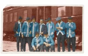 """Remarquez le chandail bleu avec l'écusson qui semble dire """"Quebec Hockey Club, Champion NHA 1912-12"""""""